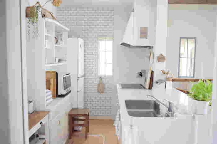 でもそんな写真を見るたびに、「我が家はキッチン収納が足りないからしょうがない」と諦めていませんか?大丈夫。きっとあなたのお家も、見せたくなるキッチンに変えられるはず。