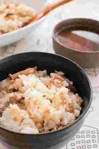 豚ひき肉、しいたけ、めんつゆ、ご飯、材料はこの4つだけ!しいたけ好きにはたまらないご飯です。めんつゆの量は、出来上がった段階で薄味ならプラスすれば、ちょうど良い塩梅に。しいたけを厚めに切れば、食べ応えも抜群!自分流にアレンジして楽しんでみてはいかがでしょう。