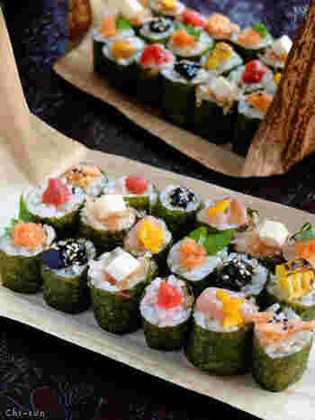 おにぎりを握らず、つまみやすい巻き寿司状にし、具をトッピングするアイデア。食べやすく、見た目もにぎやかで美しいですね。大皿に一気に並べるのも華やかですし、一人分ずつ盛り付けるのもアリですね。