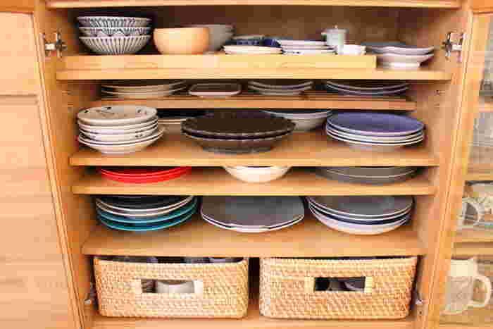 こまごまとした小さな食器は、かごに入れて収納すると美しく出し入れしやすいのでおすすめです。器を重ねすぎると、下の器を取り出すのに苦労するので、2種類くらいを目安にするのが良いでしょう。