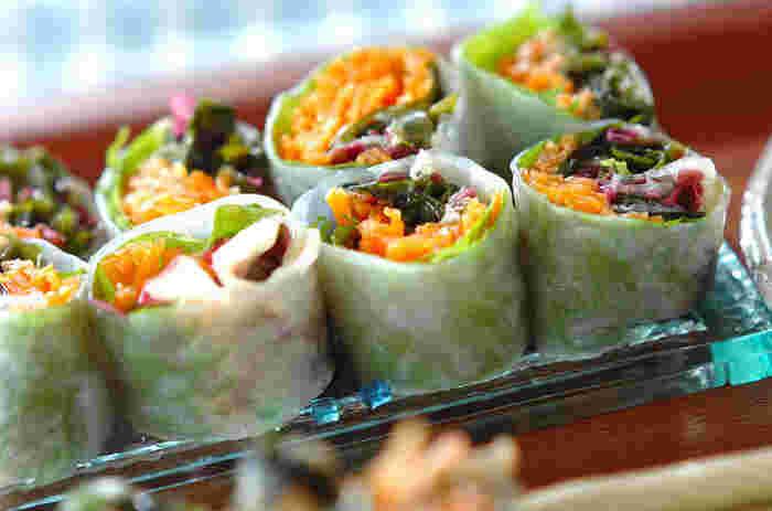 海藻ミックスを巻いて、酢味噌でいただく和風の生春巻きです。サラダがわりにさっぱりいただけそうですね!
