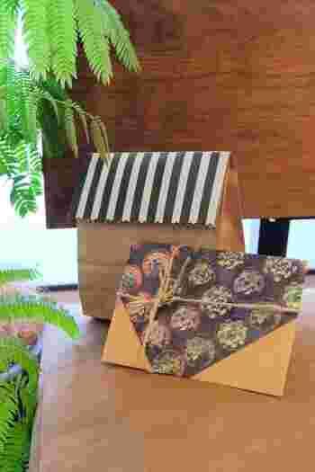 柄が素敵な折り紙・正方形の紙をお持ちでしたら、シンプルな封筒に、そのまま、かぶせてしまうというラッピングアイデアも。麻の緋で結べば、特別な贈り物に早変わり。