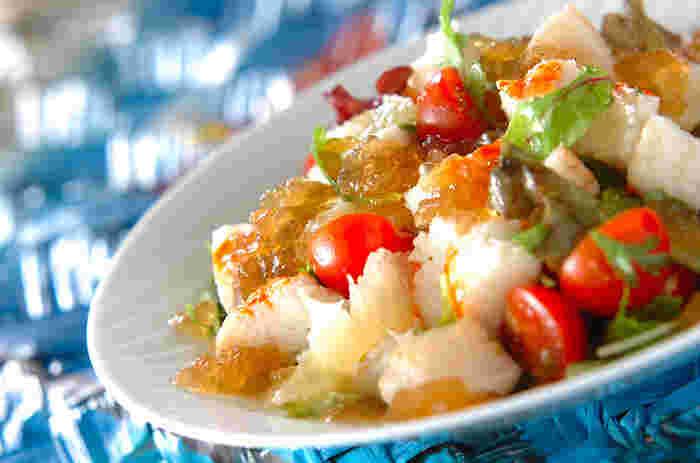 こちらもゴージャスな一品のようですが、カニカマ、ホタテ、そしてグレープフルーツとミニトマトを合わせたサラダに、ジュレをかけただけのサラダです。ジュレはスープの素を火にかけて、ゼラチンを入れて冷やすだけ!