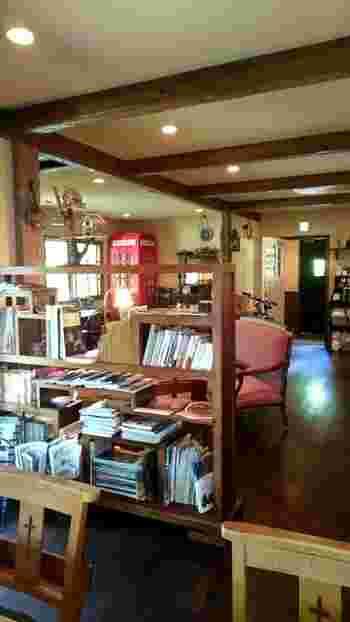 座り心地の良いソファや雑誌が置かれた店内。おうちのリビングのような温もりが感じられます静かなカフェでゆったり過ごす…そんな旅時間もステキですね。