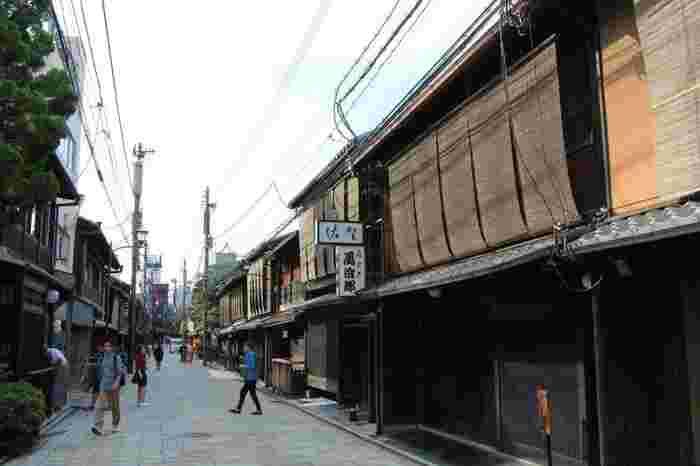 石畳と町家が軒を連ねる「花見小路通」、叙情溢れる景色が続く「白川通」、茶屋や料亭が建ち並ぶ「新橋通」を、そぞろ歩けば、京都旅の気分がより一層高まります。 【古い京町家が続く「新橋通」。祇園新橋界隈は、国の「重要伝統的建造物群保存地区」に指定されています。】