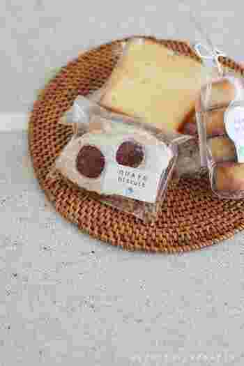 京都今出川にある「OHAYO biscuit(オハヨービスケット)」。可愛らしいビスケットを模った看板が目印のフランス菓子店の『焼菓子』がおすすめです。眼鏡モチーフのラズベリー香る『リュネット』やきめ細やかなスポンジの『ウィークエンドシトロン』、スパイスを使ったビスケットなど、甘さ控えめなかわいいお菓子が並びます。日持ちするのでじっくり食べてもらえるのも嬉しいポイント。