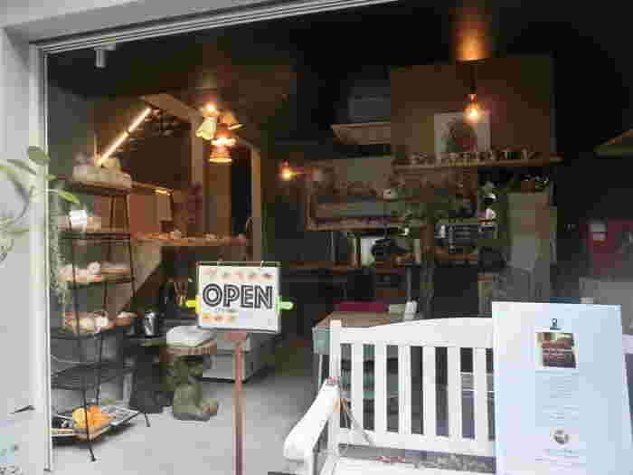 福岡市春吉にある小さなパン屋さん「ChouChou's Bakery」。こちらは食パン専門店ではありませんが、生食パンが大人気です。ふわふわの食パンを求めて、遠方から食パンを買いに訪れる人も。雑誌でも紹介され、ネット通販でも人気を集めています。