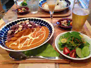 画像は「バターチキンカレー」のセット。  他に、豆と地元湘南の食材を使ったデリから2種類選べるセット(サラダ・ライス付き)があります。滋味豊かなお豆は身体も心も喜ぶ食材。じっくりと野菜と豆の味を楽しみましょう。