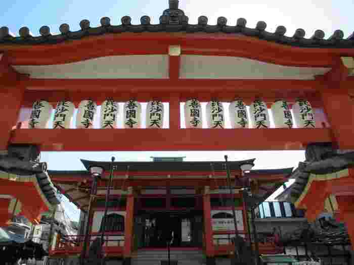 JR飯田橋駅から歩いて7~8分のところにある「善国寺」も神楽坂を代表する神社のひとつ。今から420年ほど前の1595年(文禄4年)に創建され、七福神のひとり「毘沙門天」がまつられています。