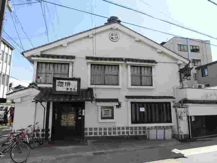 蔵造の重厚な構えの喫茶店は旅館施設も兼ねています。旧開智小学校を設計施工した大工棟梁、立石清重氏が手がけたもので見比べるだけでも面白そう。