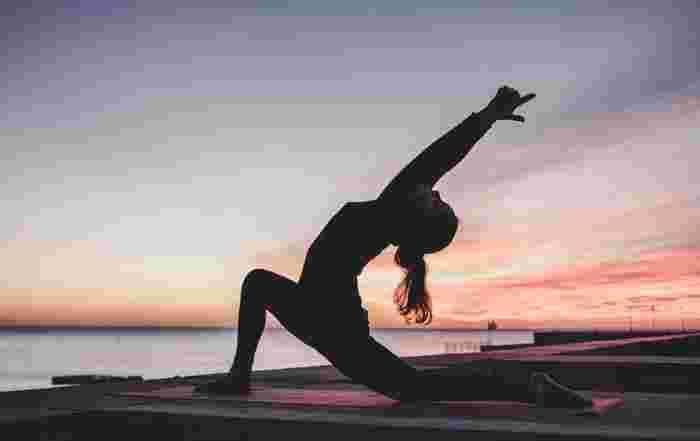 上体を反らせて、肩回り&首回りを気持ちよく伸ばすサルのポーズです。  ①正座から膝立ちになり、片足を前に90度に立てます。 ②両手を後ろで組み、両手とひじを伸ばします。 ③息を吐きながら、あごを上げて、手を背中から離して上体を反らします。