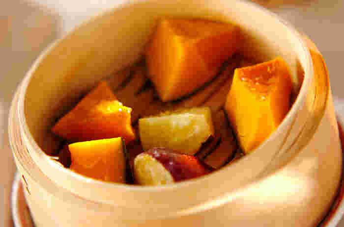 """""""蒸籠""""があるのなら、第一に作って欲しいのは、温野菜。  蒸気は100℃以上にならず、適度な湿気と低温度で温めるため、食材の旨味が引き出されます。美味しい旬の野菜が手に入ったのなら、蒸籠で蒸してそのまま食卓へ。"""