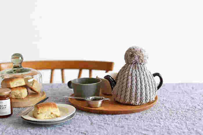 ティーポットにたっぷりお湯を注いで、何回にかわけてゆっくり紅茶を飲むのであれば、ティーコージーがあると便利です。紅茶が冷めずに、いつまでも温かくいただけます。 ティーコージーまであると、ちょっとツウっぽい感じがでますよね。