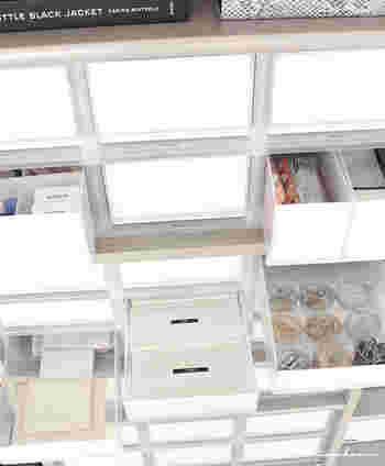 リビングの収納スペースには、無印良品のPPケースで機能的かつ美しく収納。引き出し式の浅型と深型のケースを上手に組み合わせて、引き出しの中は様々な収納用品を活用しています。仕切ったり小分けできる容器を使いながら整理すると、中身が一目瞭然で使い勝手も◎。使用している収納用品は、ダイソーの粘土ケースやセリアのアルミキャップキャニスターなど、100円ショップのアイテムも多いそうです。