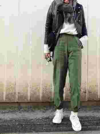 トップスにライダースジャケットをあわせて、メンズライクな着こなしに。インナー靴を淡色にして、ヌケ感を出すのもポイント。