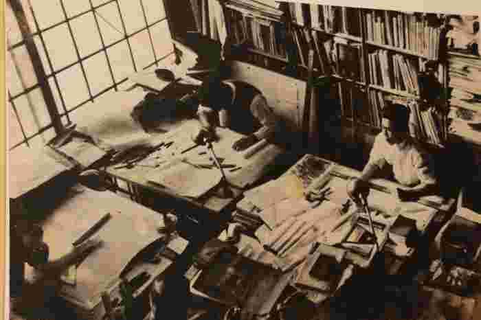 新潟に生まれた前川國男(1905~1986)は、東京帝大(現東大)卒業後に単身フランスに渡り、ル・コルビュジエの事務所で働きました。2年間コルビュジエのもとで働いたのち帰国し、アントニン・レーモンドが東京に開いた事務所に勤め、1935年には自身の事務所を設立。50年に及ぶ活動を通して、200を超える建物の設計を手がけ、戦前戦後の日本のモダニズムをリードした建築家として知られています。