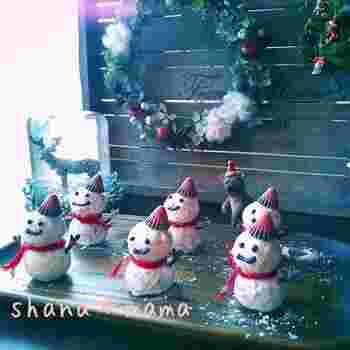 スノーボールで雪だるま♪ ちょこんと乗ったアポロの帽子と表情がなんともいえませんね。 まるで売り物みたいにカワイイ♪