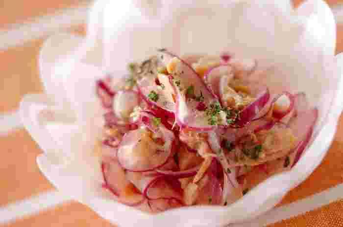 紫玉ねぎをサラダに使うと見た目が鮮やかで、食卓が華やかになります。ツナとあわせて失敗のない味に仕上がります*