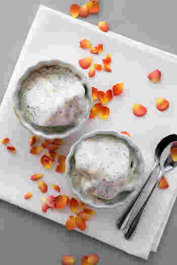砕いた紅茶の茶葉を合わせた、香り豊かなフレイバーが楽しめる紅茶のバナナアイスクリーム。塩をひとつまみ加えるのがポイント!優しい甘さが引き立ちます。