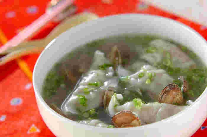 市販の冷凍餃子で手軽な水餃子スープ。簡単なのに美味しい出汁がでるアサリでじんわり美味しいスープ餃子です。