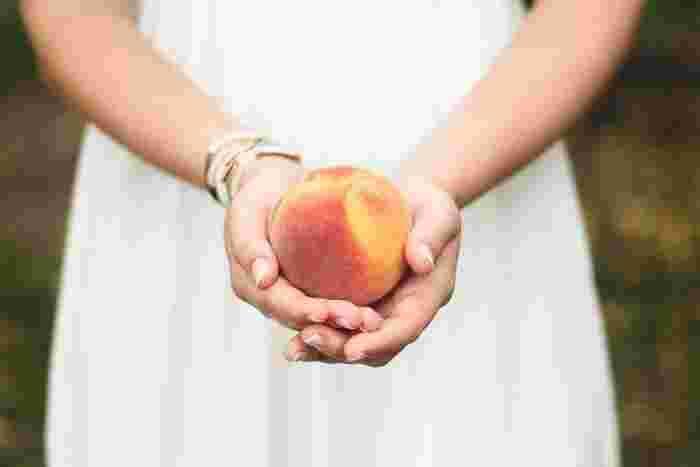 はじめて耳にした時は、正直「え!?」と思った桃モッツアレラ。でも一口食べてみるや、その新鮮な美味しさにひきこまれてしまいました。旬の短い桃を、もっとたくさんのバリエーションで美味しく食べられるよう、今回は、桃を使った色々なレシピをご紹介します。