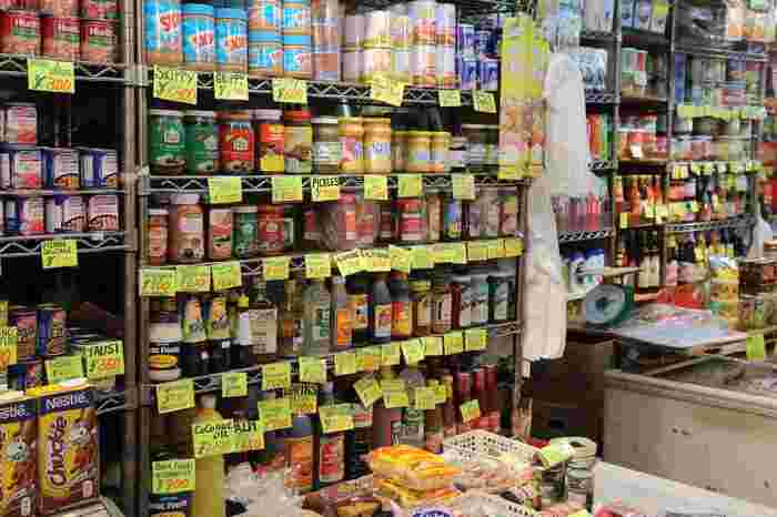 外国の珍しい調味料がたくさん並んだお店。日本で暮らす中国や東南アジアの人々が、現地の味を求めてお買い物に来ることも多いんだとか。お土産にひとつ選んでみるのも楽しそう。