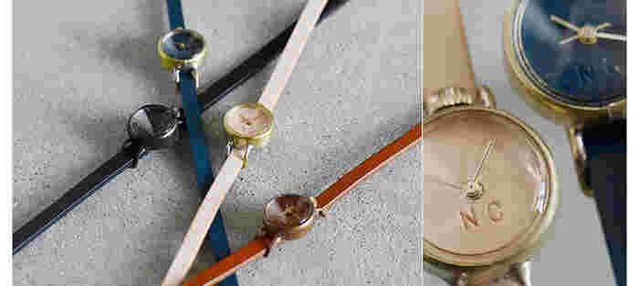 ネジコミュの「レザーアナログウォッチ」は、3サイズで展開されています。真鍮のようなケースや、ぷっくりとした風防(ガラス)など、デザイン性の高いそれぞれのパーツが融合し、上品でありながら存在感のある腕時計です。 レザーベルトは二重に巻いて留めるタイプなので、ブレスレットをつけているようなエレガントな装いに。