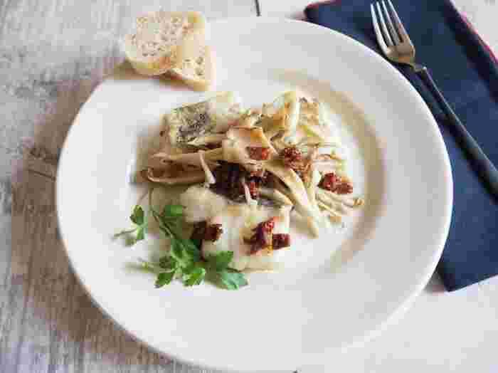 鱈と舞茸は好相性。白い鱈の身にドライトマトの渋い赤が映えて。ドライトマトは塩味をつける役割も果たしてくれます。