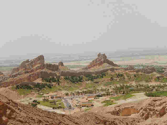 雄大な景色を持つオアシスの町、アル・アイン。海やビルの景色が多いアブダビや、ドバイとは大きく趣の異なった昔ながらのアラブを感じることができる貴重な経験をあなたもしてみませんか?