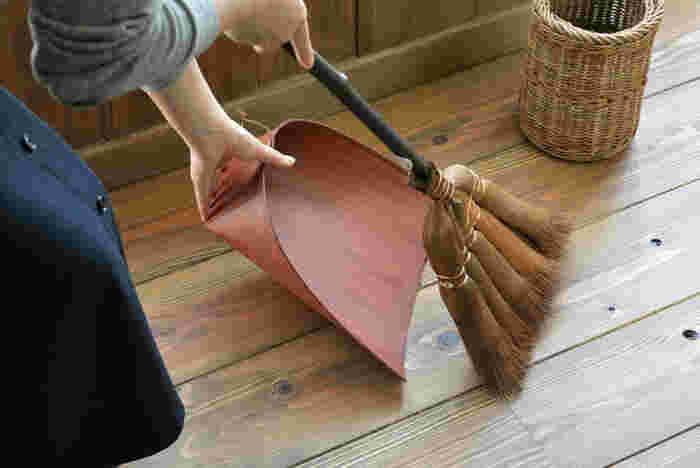 フローリングの床掃除はそのままで掃くより、湿ったままの茶殻、もしくは同じく湿らせてクチャクチャと千切った新聞紙を撒くと良いですよ。出来るだけ、部屋の隅に撒くのがポイント!溜まりやすいホコリも、こうすれば舞い上がることなく吸着してくれて、あとは箒でサッサと集めるだけ。茶殻は消臭効果もありますよね♪