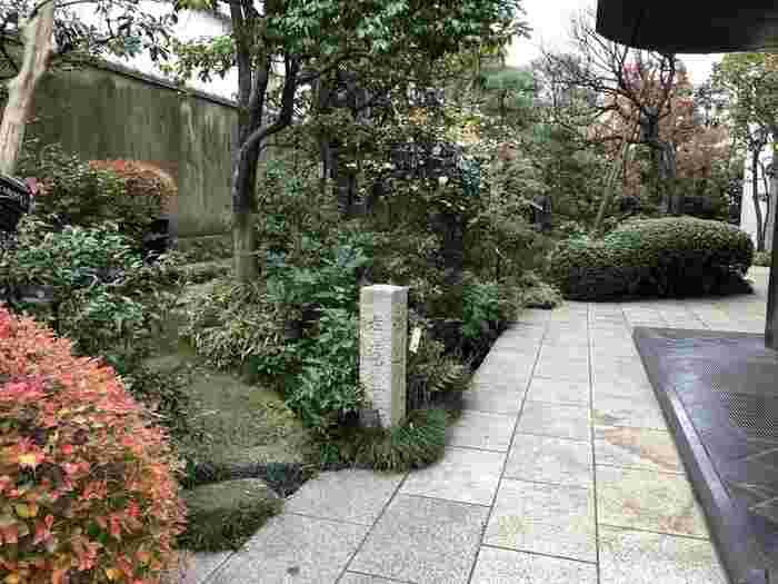 記念館の門をくぐると、芭蕉の世界を感じさせる小さな日本庭園があります。静寂なる一時を味わってみましょう。