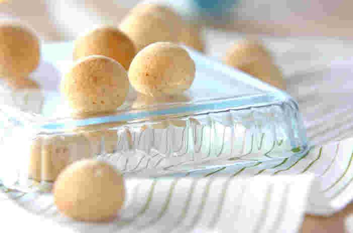 コロンとした形が可愛いポンデケージョ。全粒粉とクルミを混ぜれば、より風味豊かな味わいが楽しめます。材料に使う白玉粉はダマになりやすいので、ダマが残る場合は手でなじませるように捏ねるのがポイントです。