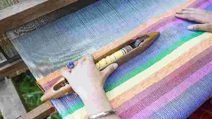 色やテクスチャー、紋様など、やり始めると奥が深い織りの世界。でも織り機を部屋に置くのはスペース的にも難しいですよね。実際にそこに行けば、いつでもすぐに教えてもらいながら織りを体験することのできる織物教室に通ってみてはいかがでしょうか。