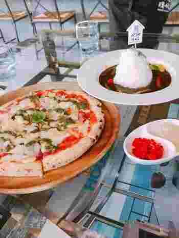 パスタやピザ、カレーなどメニューが豊富なのでランチにもおすすめ。パンケーキやチョコキャラメルトーストなどボリューミーなデザートもあるので、甘党さんも満足できそうです。