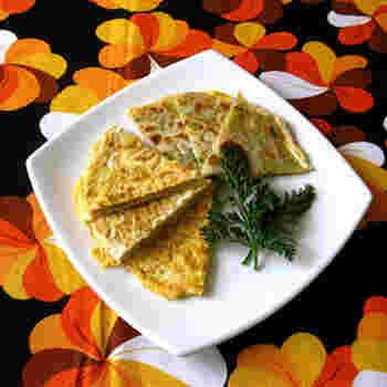 葱油餅と同じ形に焼いた、玉子焼きを添えたレシピです。卵をプラスすれば、見た目もボリューミーに。タンパク質もしっかり摂れるので、栄養バランスが気になる人にもおすすめですよ。