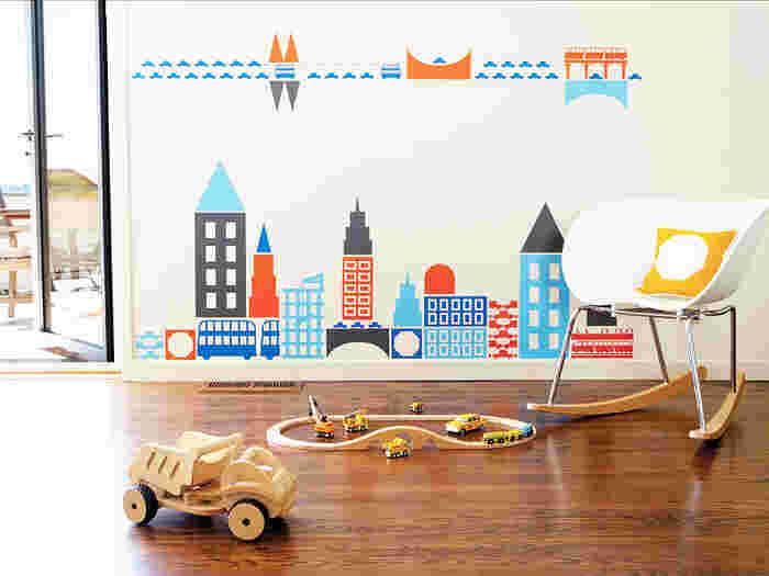 ビルや橋、車、バスなど街並みが描かれたウォールステッカー。白い壁に色とりどりのカラーがよく映えますね。組み合わせ次第でいろいろと楽しめそうです。