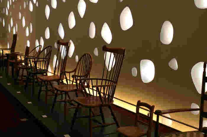 壁際のエリアは、あえて室内照明は落として、無数の泡のように空いたガラスから漏れる光が活きる演出に。薄暗くすることで、自然光がこんなにも柔らかく、明るい光だということに、改めて気づかされます。