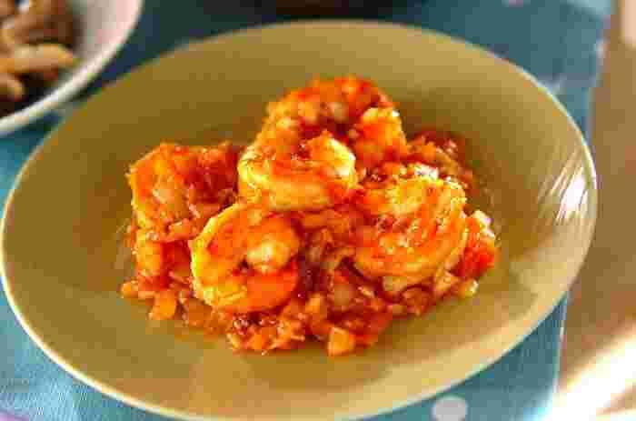 現在知られているエビチリは、日本における四川料理の父といわれる陳建民市が本場の料理を日本人向けにアレンジしたものだとか。エビを使う中華の代表格として親しまれています。チリソースやケチャップを使って、意外と簡単に作れますよ。