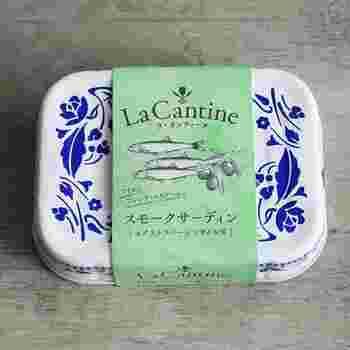 こちらは、エクストラバージンオイルに漬け込んだイワシ缶。スコットランドで作られた、香り高いスモークサーディンです。マリネ、オープンサンド、サラダなどさまざまな料理に使えます。