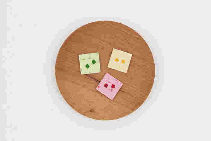 こちらが「mix fruits(ミックスフルーツ)」と名付けられた落雁。左から時計回りにキウイ、オレンジ、フランボワーズです。やさしい甘さに天然果汁のさっぱりとした酸味と香りが合わさり、お抹茶やアールグレイとの相性が抜群(画像提供:UCHU wagashi)