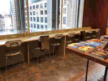 丸ビルの4階にある「ROUTE CAFE AND THINGS(ルート カフェ アンド シングス)」は、東京駅が見渡せる絶好のロケーション。カウンター席にはコンセントがあるので、PCを持ち込んでお仕事も可能です。
