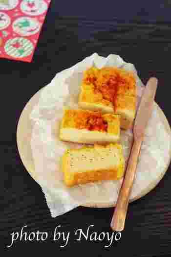 持ち寄りパーティーにもぴったりのケークサレを、凍り豆腐でアレンジしたびっくりレシピです。凍り豆腐は水で戻した後、フードプロセッサーで細かくし、卵や粉チーズ、バターなどを入れてオーブンで焼き上げます。
