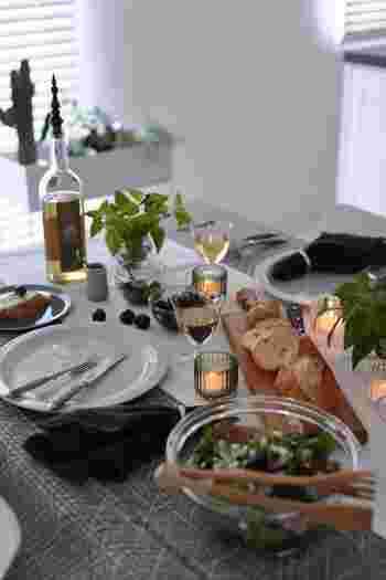 テーブルランナーの上には食べ物を直置きしたり、キャンドルを置いたりすると、テーブルの上がリズミカルな雰囲気になります。テーブルクロスだけではできない技ですね。