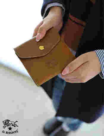 イルビゾンテのお財布は、その縫製の確かさと色合いの豊富な事、そして使いやすさで男女問わず人気ののイタリアブランド。独特のシボ感が味のある水牛革レザーを使用した美しいお財布です。