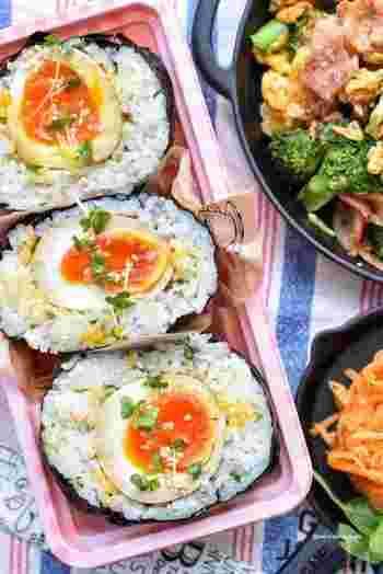 味付け卵が丸ごと入ったおにぎり。ごはんには、青じそ、茗荷、ブロッコリースプラウト、白ごまで風味豊か。とろ~りとした半熟卵の断面がインパクト抜群です。