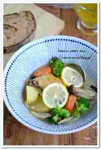 こんがり焼いた手羽先と、大きめ野菜のさっぱりレモンスープ。栄養たっぷりのお鍋は美容にもいいですね。