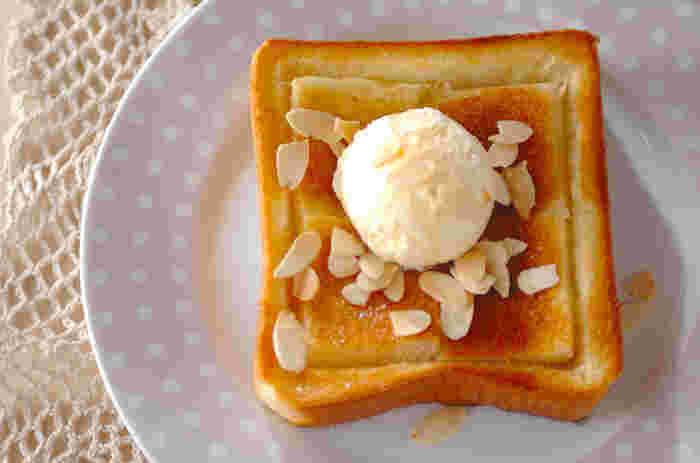 バニラアイスの冷たさとトーストの温かさにハチミツの甘さが加わった、甘いものが好きな方にはたまらないトーストです。 スライスアーモンドの代わりに桃缶やみかん缶など、お好きなフルーツを添えてもオシャレ。 簡単おうちカフェメニューとしてもオススメです。