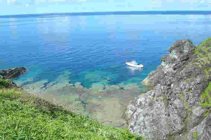 断崖絶壁にそびえる御神崎灯台近くからは素晴らしい眺望が待っています。眼下に広がる紺碧の海とサンゴ礁、断崖の岩肌が融和した景色は絶景そのものです。