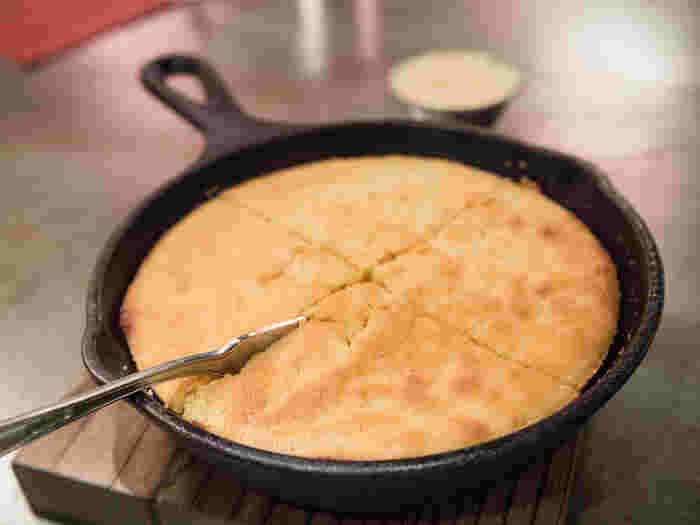 鉄鍋初心者さんには、扱いやすい「スキレット」がおすすめです。  フライパンを小さくしたような見た目も可愛らしく、テーブルにそのまま出せるサイズなので、できたての料理の美味しさを堪能できます♪ 取っ手まで鉄でできているので、オーブン料理もOK。専用のフタを使えば、蒸し料理やスモーク料理も作れる万能鍋です。