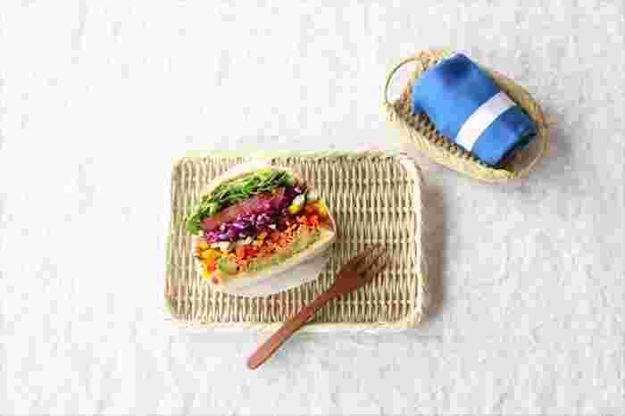 こちらは、新潟佐渡島で職人の手によってひとつひとつ作られる真竹のざる(7寸)にサンドイッチをのせて爽やかでナチュラルな印象に。珍しい角盆形で、ござ目編みも美しく、テーブルの主役として素敵なアクセントになってくれますね。軽くて丈夫、重ねて収納できるのも嬉しいポイントです。